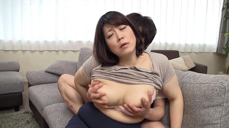 【おっぱい】ぽっちゃり爆乳の変態ママが息子に授乳プレイして近親相姦セックスで筆おろししてるぽっちゃりママのおっぱい画像集!ww【80枚】 33