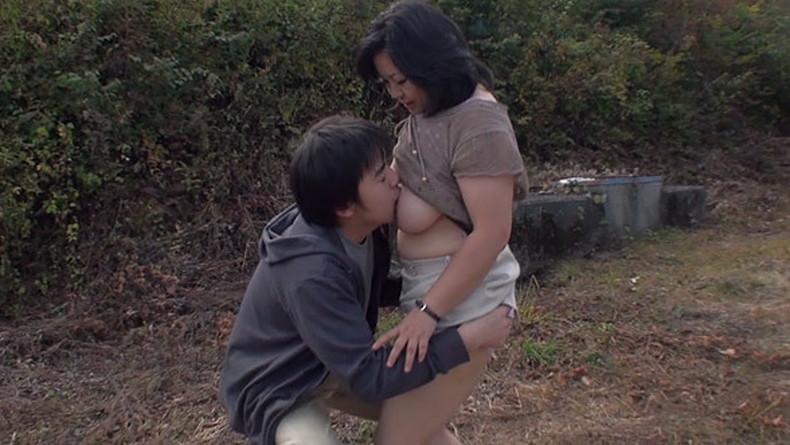 【おっぱい】ぽっちゃり爆乳の変態ママが息子に授乳プレイして近親相姦セックスで筆おろししてるぽっちゃりママのおっぱい画像集!ww【80枚】 38