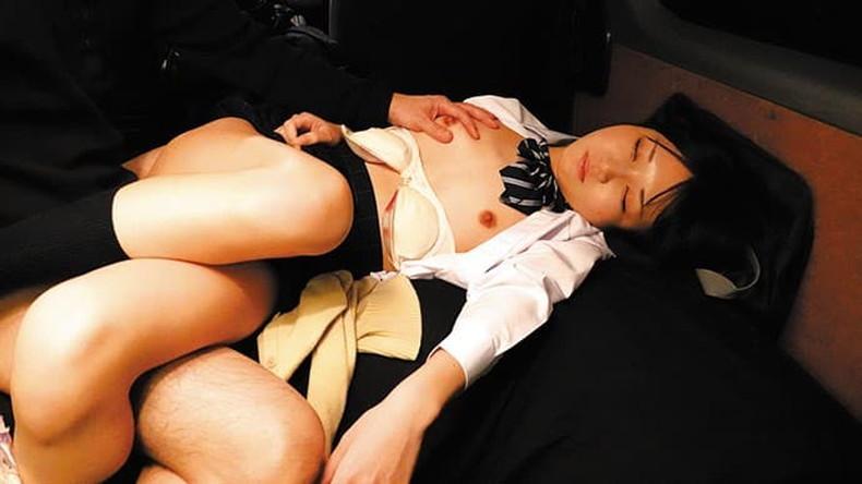 【おっぱい】寝てる美少女や人妻の服をゆっくりめくって貧乳やデカパイを揉んで睡眠姦しちゃった睡眠中のおっぱい画像集!ww【80枚】 18