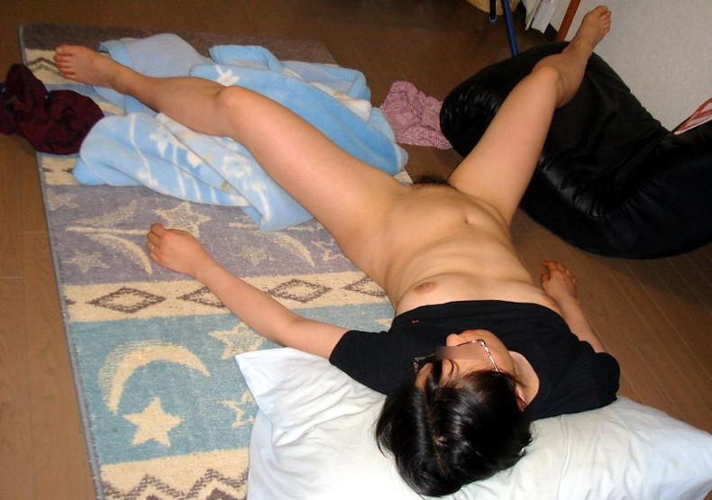 【おっぱい】おっぱい丸出しで寝てる女子を覗いたりや寝てる女の子に睡眠姦して乳首を覗いちゃった寝姿おっぱい画像集!ww【80枚】