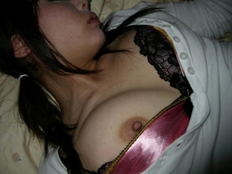 【おっぱい】おっぱい丸出しで寝てる女子を覗いたりや寝てる女の子に睡眠姦して乳首を覗いちゃった寝姿おっぱい画像集!ww【80枚】 35