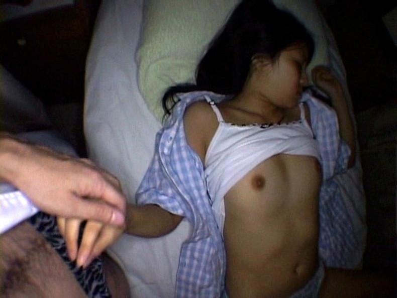 【おっぱい】おっぱい丸出しで寝てる女子を覗いたりや寝てる女の子に睡眠姦して乳首を覗いちゃった寝姿おっぱい画像集!ww【80枚】 76