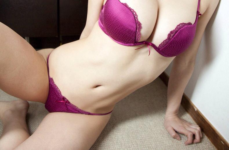 【おっぱい】セクシーなフェロモンが出まくるパープルランジェリーで誘惑してくれてるデカパイお姉さんたちの紫下着のおっぱい画像集!w【80枚】 05