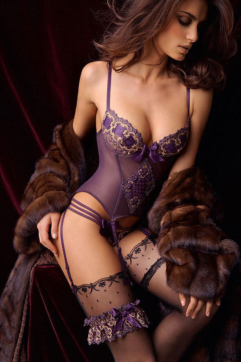 【おっぱい】セクシーなフェロモンが出まくるパープルランジェリーで誘惑してくれてるデカパイお姉さんたちの紫下着のおっぱい画像集!w【80枚】 37
