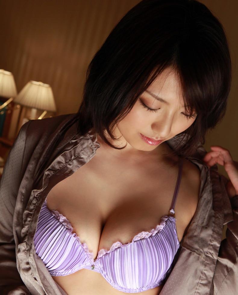 【おっぱい】セクシーなフェロモンが出まくるパープルランジェリーで誘惑してくれてるデカパイお姉さんたちの紫下着のおっぱい画像集!w【80枚】 54