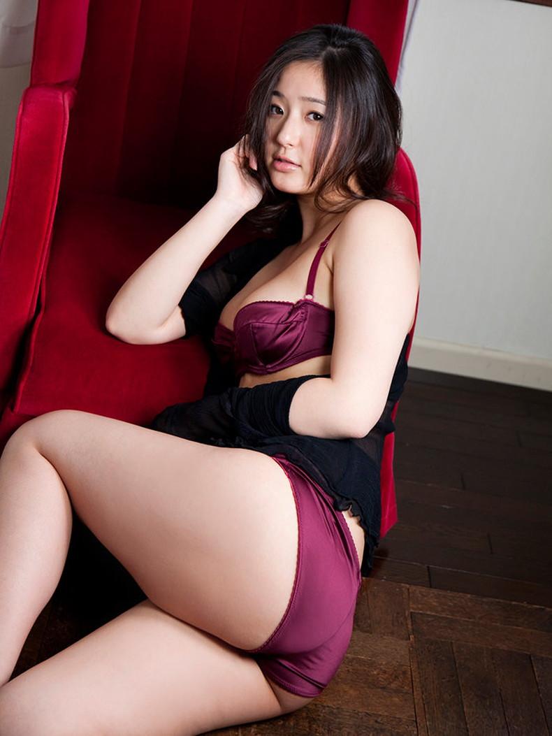 【おっぱい】セクシーなフェロモンが出まくるパープルランジェリーで誘惑してくれてるデカパイお姉さんたちの紫下着のおっぱい画像集!w【80枚】 78