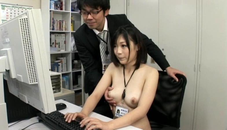 【おっぱい】オフィス内で制服やスーツ脱いで乳首露出しちゃってる、こんな会社に転職したくなるOLおっぱい画像集【80枚】 17