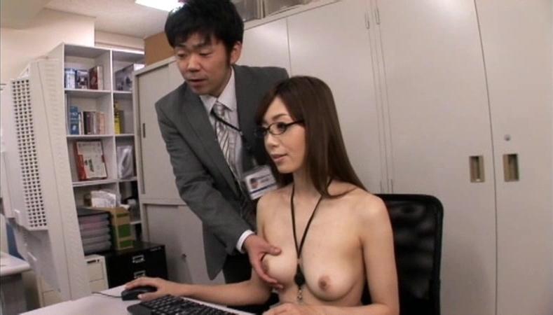 【おっぱい】オフィス内で制服やスーツ脱いで乳首露出しちゃってる、こんな会社に転職したくなるOLおっぱい画像集【80枚】 40