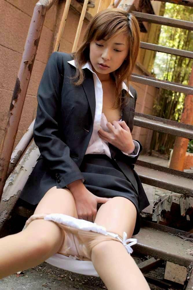 【おっぱい】オフィス内で制服やスーツ脱いで乳首露出しちゃってる、こんな会社に転職したくなるOLおっぱい画像集【80枚】 41