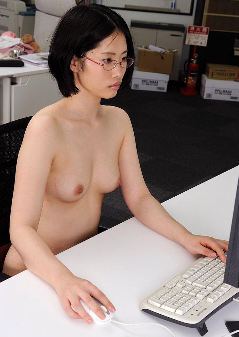 【おっぱい】オフィス内で制服やスーツ脱いで乳首露出しちゃってる、こんな会社に転職したくなるOLおっぱい画像集【80枚】 58