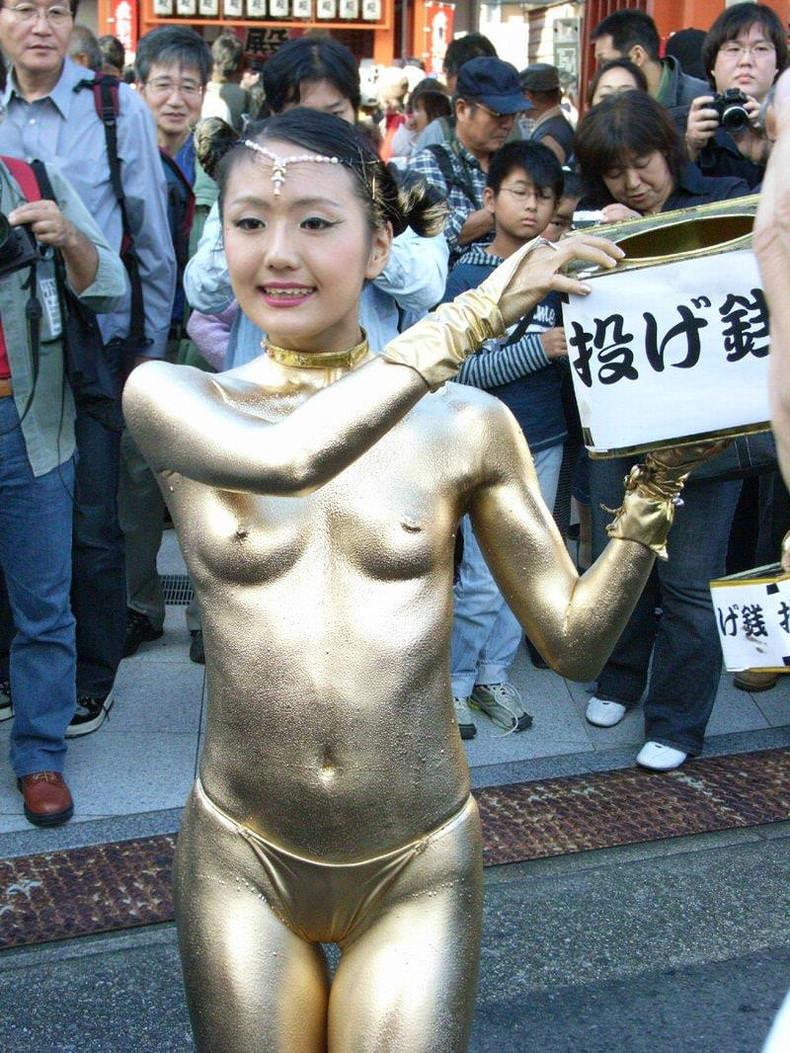 【おっぱい】金粉銀粉塗られて神々しくなってる黒ギャルならぬ金銀ギャルたちの金粉おっぱい画像集【80枚】 04