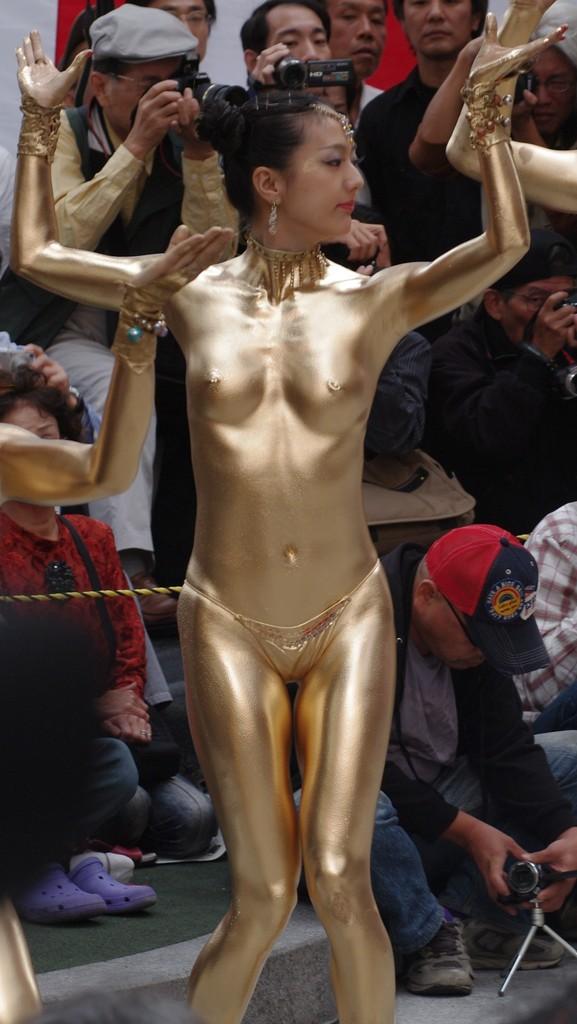 【おっぱい】金粉銀粉塗られて神々しくなってる黒ギャルならぬ金銀ギャルたちの金粉おっぱい画像集【80枚】 07