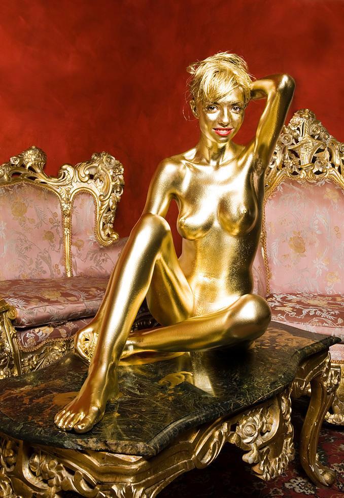 【おっぱい】金粉銀粉塗られて神々しくなってる黒ギャルならぬ金銀ギャルたちの金粉おっぱい画像集【80枚】 08