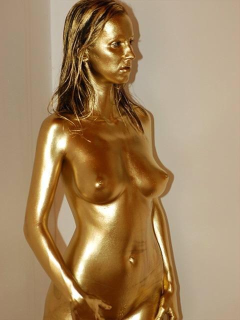 【おっぱい】金粉銀粉塗られて神々しくなってる黒ギャルならぬ金銀ギャルたちの金粉おっぱい画像集【80枚】 09