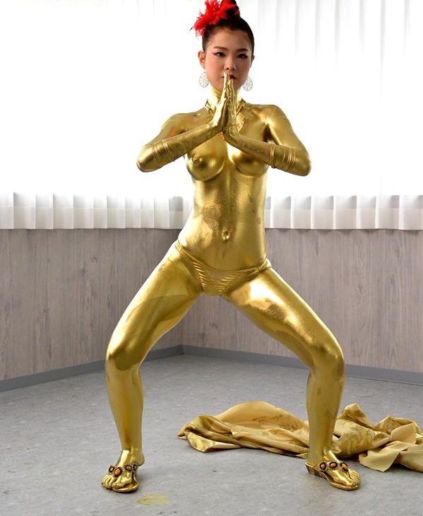 【おっぱい】金粉銀粉塗られて神々しくなってる黒ギャルならぬ金銀ギャルたちの金粉おっぱい画像集【80枚】 10