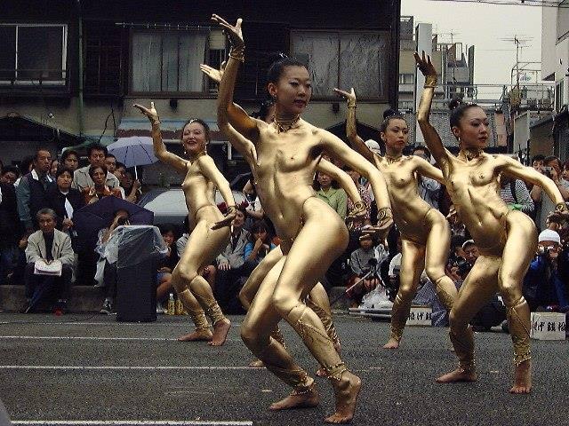 【おっぱい】金粉銀粉塗られて神々しくなってる黒ギャルならぬ金銀ギャルたちの金粉おっぱい画像集【80枚】 12