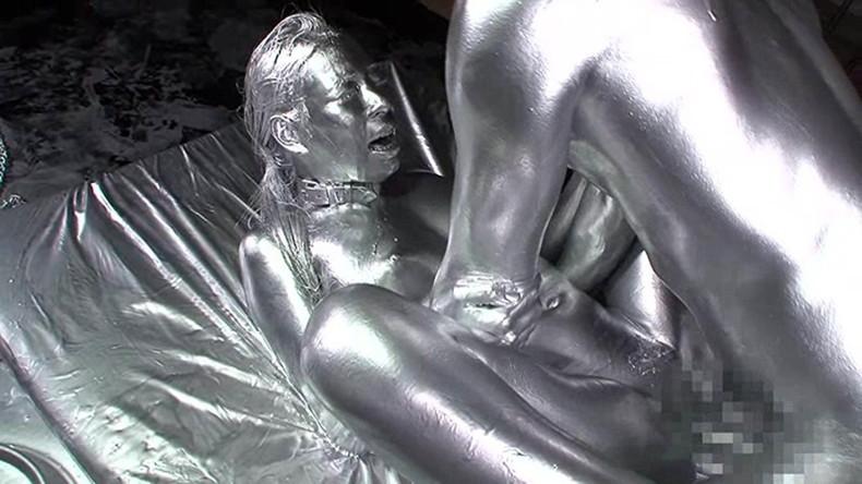 【おっぱい】金粉銀粉塗られて神々しくなってる黒ギャルならぬ金銀ギャルたちの金粉おっぱい画像集【80枚】 17