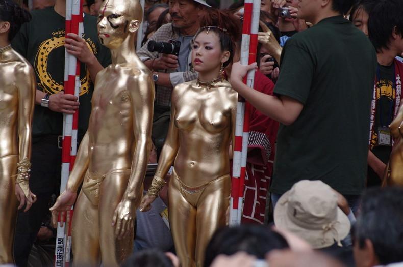 【おっぱい】金粉銀粉塗られて神々しくなってる黒ギャルならぬ金銀ギャルたちの金粉おっぱい画像集【80枚】 18