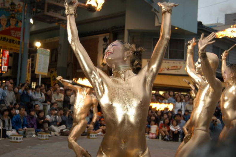 【おっぱい】金粉銀粉塗られて神々しくなってる黒ギャルならぬ金銀ギャルたちの金粉おっぱい画像集【80枚】 31