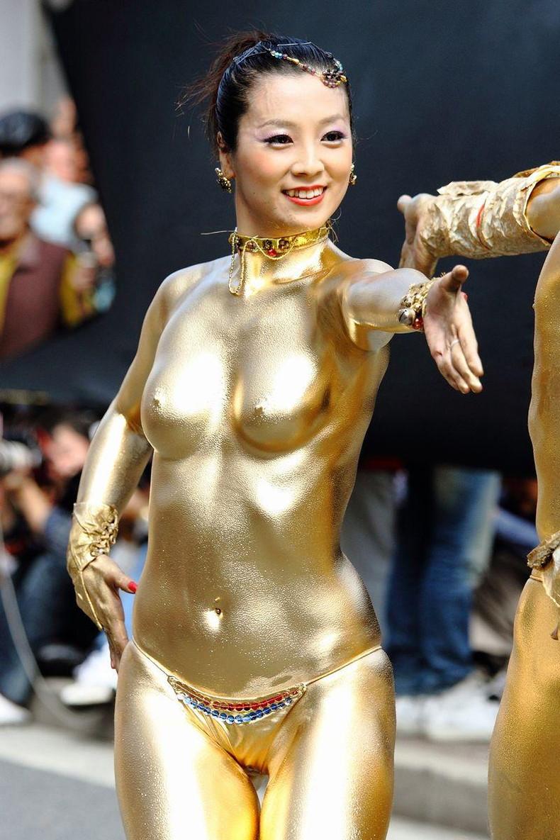 【おっぱい】金粉銀粉塗られて神々しくなってる黒ギャルならぬ金銀ギャルたちの金粉おっぱい画像集【80枚】 39