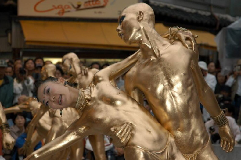 【おっぱい】金粉銀粉塗られて神々しくなってる黒ギャルならぬ金銀ギャルたちの金粉おっぱい画像集【80枚】 42