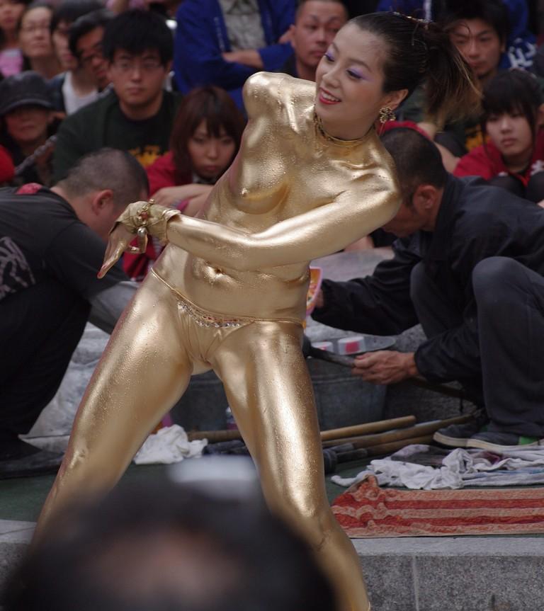 【おっぱい】金粉銀粉塗られて神々しくなってる黒ギャルならぬ金銀ギャルたちの金粉おっぱい画像集【80枚】 44