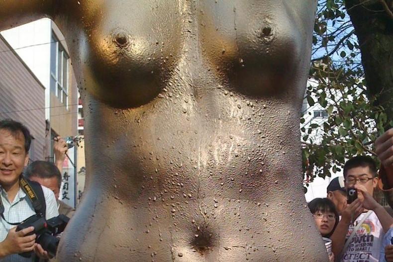 【おっぱい】金粉銀粉塗られて神々しくなってる黒ギャルならぬ金銀ギャルたちの金粉おっぱい画像集【80枚】 50