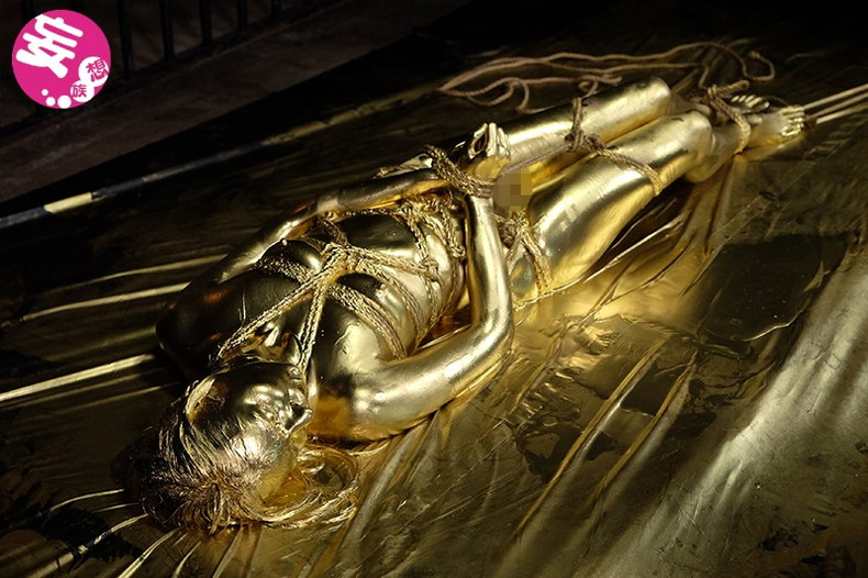 【おっぱい】金粉銀粉塗られて神々しくなってる黒ギャルならぬ金銀ギャルたちの金粉おっぱい画像集【80枚】 57