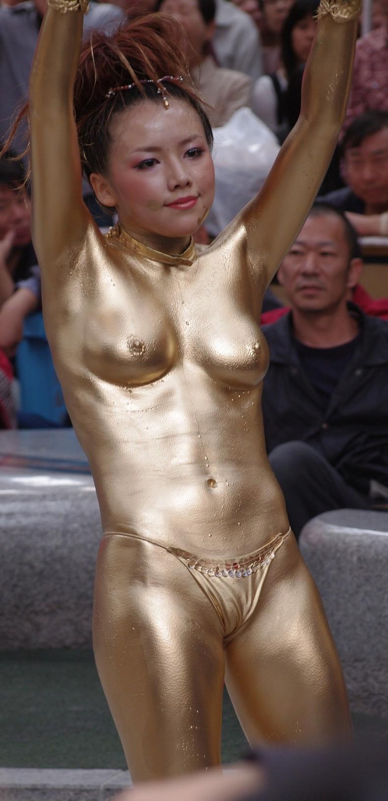 【おっぱい】金粉銀粉塗られて神々しくなってる黒ギャルならぬ金銀ギャルたちの金粉おっぱい画像集【80枚】 66