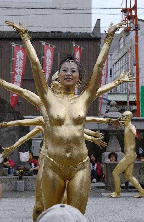 【おっぱい】金粉銀粉塗られて神々しくなってる黒ギャルならぬ金銀ギャルたちの金粉おっぱい画像集【80枚】 72