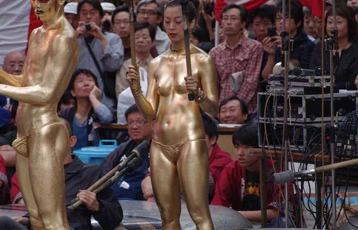 【おっぱい】金粉銀粉塗られて神々しくなってる黒ギャルならぬ金銀ギャルたちの金粉おっぱい画像集【80枚】 74