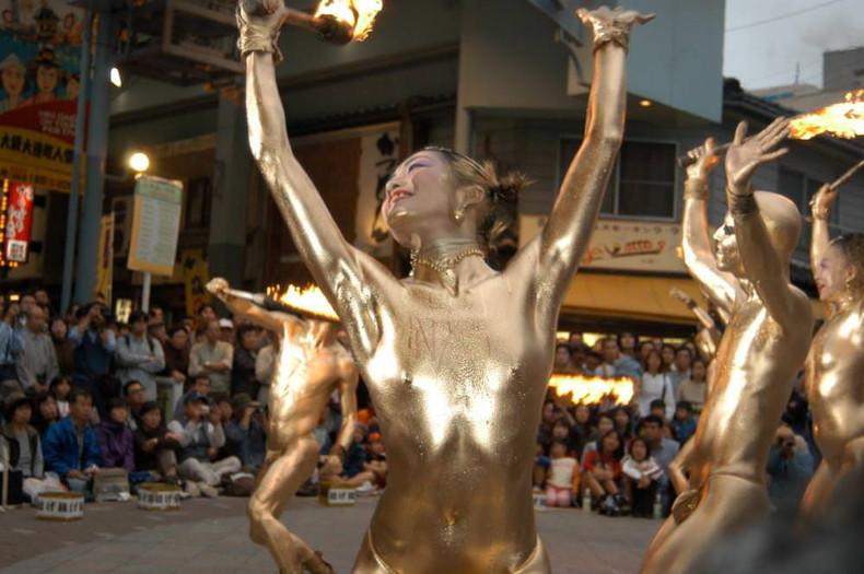 【おっぱい】金粉銀粉塗られて神々しくなってる黒ギャルならぬ金銀ギャルたちの金粉おっぱい画像集【80枚】 75