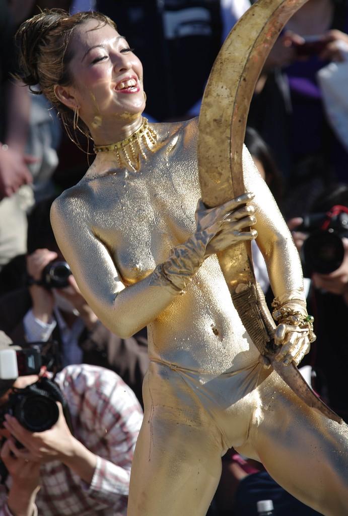 【おっぱい】金粉銀粉塗られて神々しくなってる黒ギャルならぬ金銀ギャルたちの金粉おっぱい画像集【80枚】 77