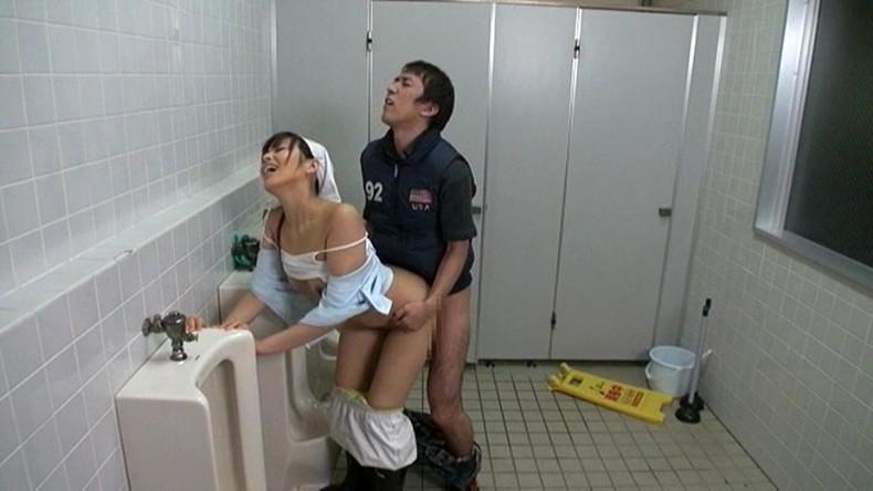 【おっぱい】公衆便所や公共施設の掃除婦してる働く女に興奮して仕事中に熟女おっぱい露出させて寝取りまくった掃除婦のおっぱい画像集!ww【80枚】 79