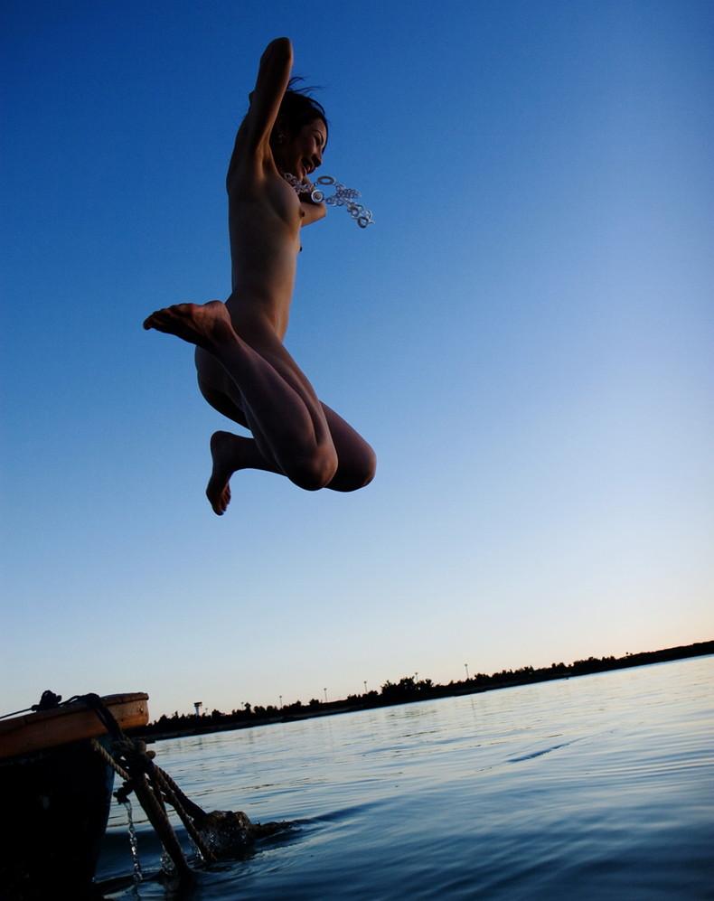 【おっぱい】おっぱい晒しながらジャンプして宙に浮いてる瞬間のおっぱいをとらえたジャンプヌードのおっぱい画像集!ww【80枚】 09