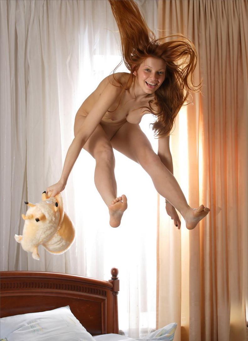 【おっぱい】おっぱい晒しながらジャンプして宙に浮いてる瞬間のおっぱいをとらえたジャンプヌードのおっぱい画像集!ww【80枚】 21