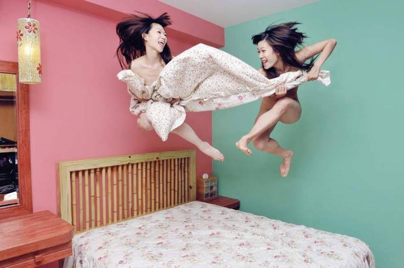 【おっぱい】おっぱい晒しながらジャンプして宙に浮いてる瞬間のおっぱいをとらえたジャンプヌードのおっぱい画像集!ww【80枚】 25