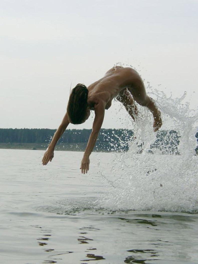 【おっぱい】おっぱい晒しながらジャンプして宙に浮いてる瞬間のおっぱいをとらえたジャンプヌードのおっぱい画像集!ww【80枚】 27