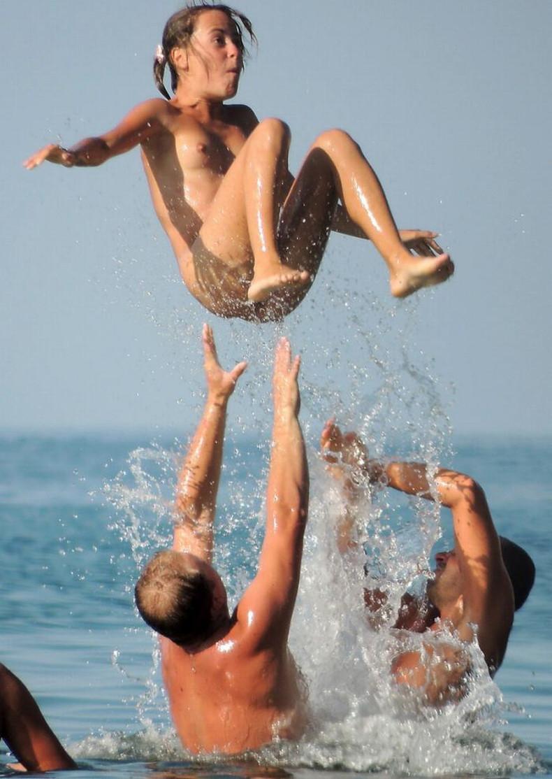 【おっぱい】おっぱい晒しながらジャンプして宙に浮いてる瞬間のおっぱいをとらえたジャンプヌードのおっぱい画像集!ww【80枚】 28
