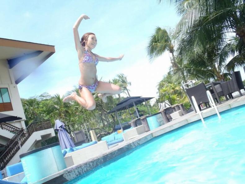 【おっぱい】おっぱい晒しながらジャンプして宙に浮いてる瞬間のおっぱいをとらえたジャンプヌードのおっぱい画像集!ww【80枚】 42