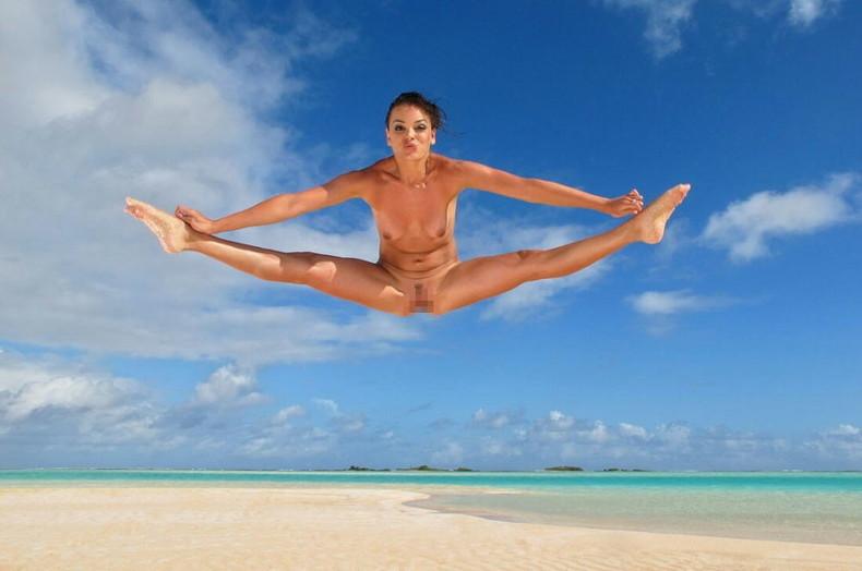 【おっぱい】おっぱい晒しながらジャンプして宙に浮いてる瞬間のおっぱいをとらえたジャンプヌードのおっぱい画像集!ww【80枚】 44