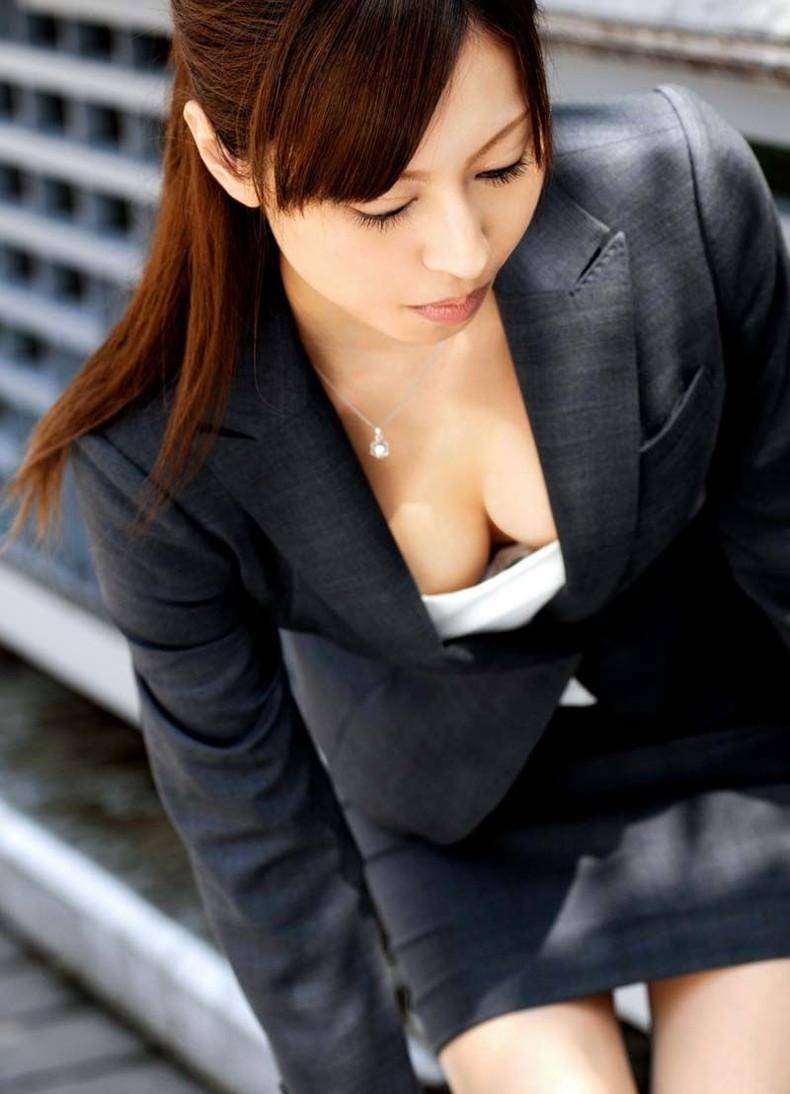 【おっぱい】OLスーツの上からでもデカパイだとわかっちゃうエロボディ過ぎるスーツ巨乳のおっぱい画像集!ww【80枚】 13