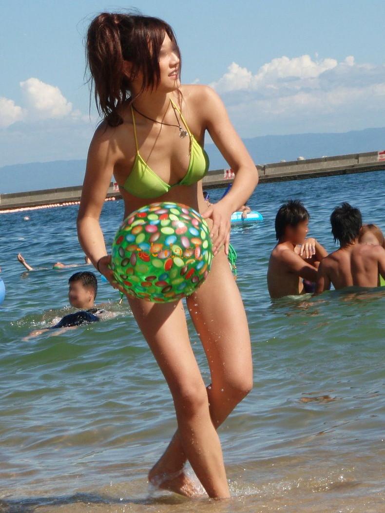 【おっぱい】ビーチでエロ過ぎる素人のビキニギャルを発見したので谷間や胸チラを盗撮したったビーチ巨乳のおっぱい画像集!ww【80枚】 30