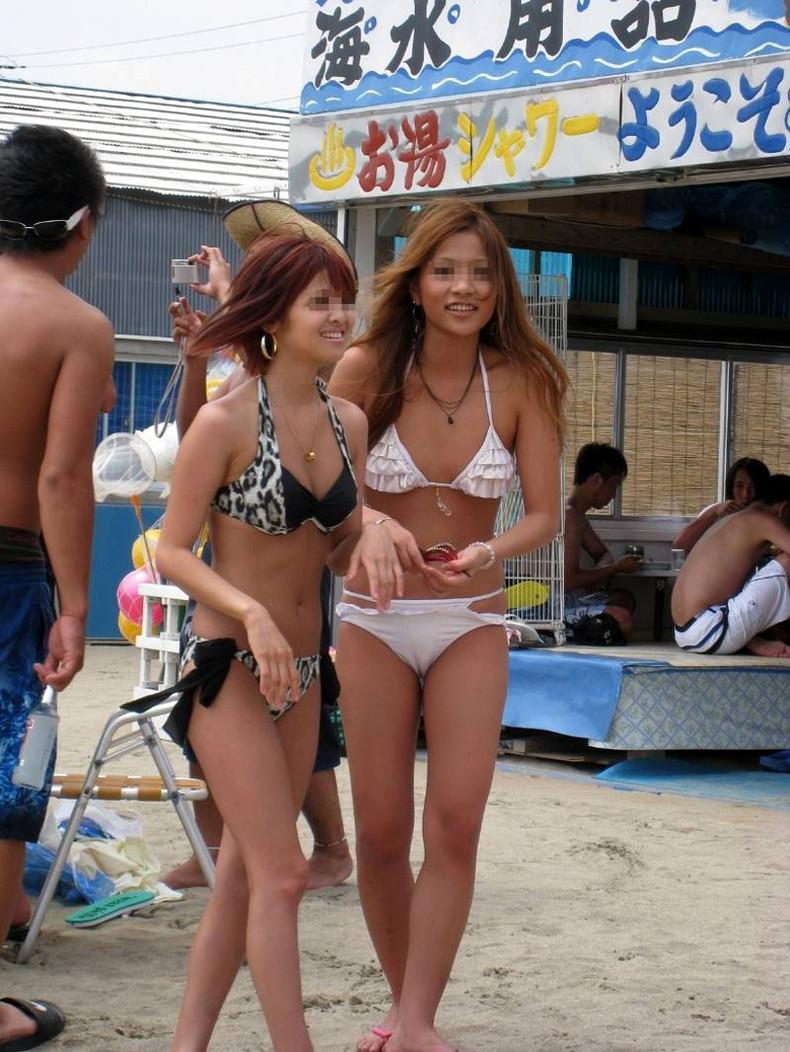 【おっぱい】ビーチでエロ過ぎる素人のビキニギャルを発見したので谷間や胸チラを盗撮したったビーチ巨乳のおっぱい画像集!ww【80枚】 38