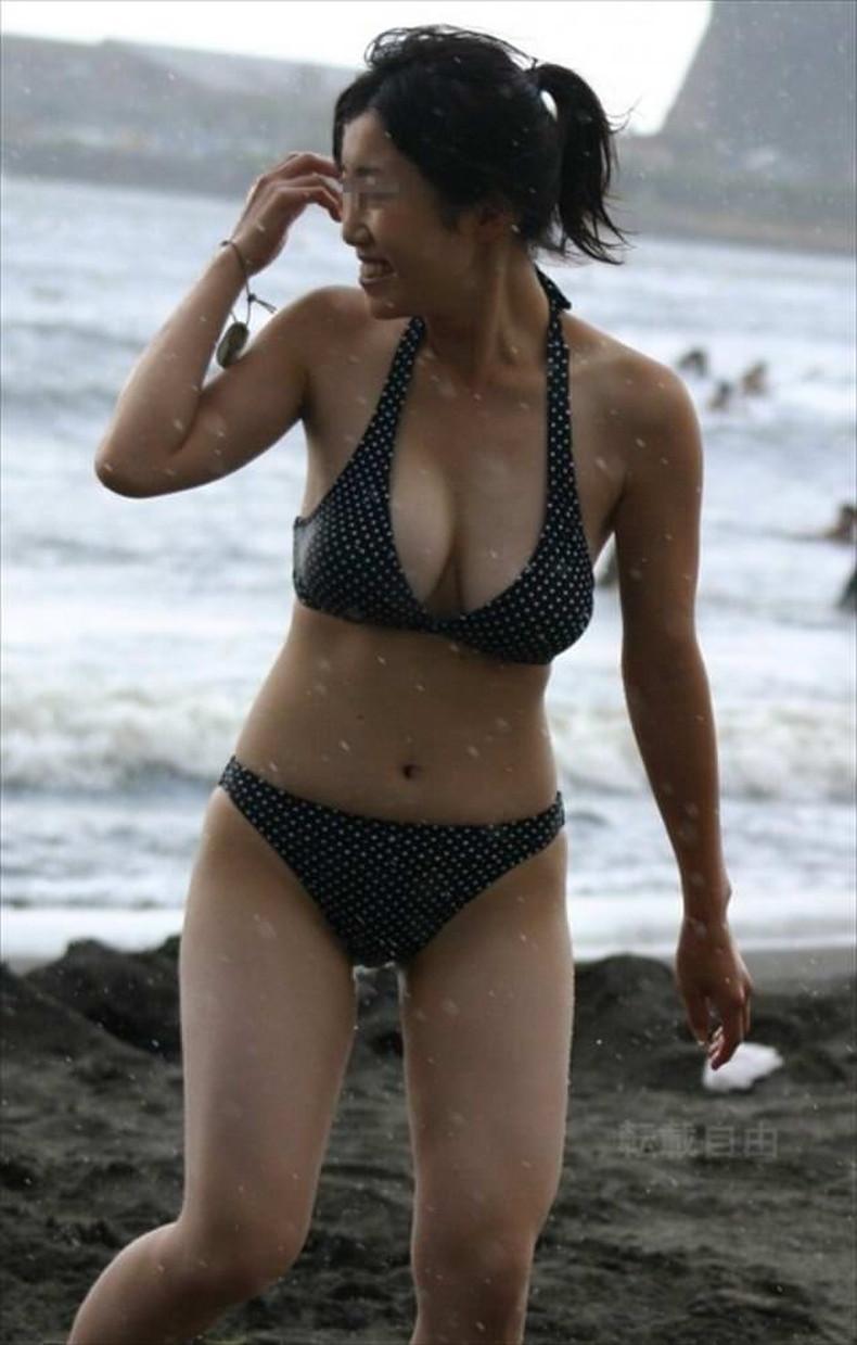 【おっぱい】ビーチでエロ過ぎる素人のビキニギャルを発見したので谷間や胸チラを盗撮したったビーチ巨乳のおっぱい画像集!ww【80枚】 40