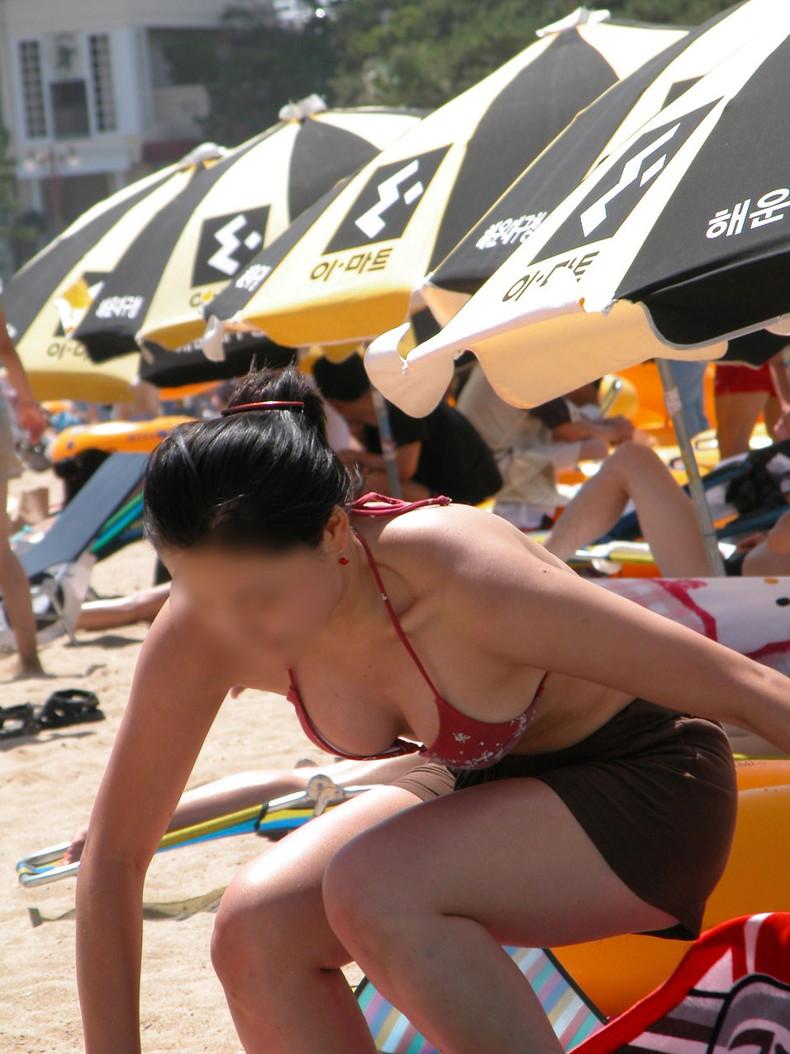 【おっぱい】ビーチでエロ過ぎる素人のビキニギャルを発見したので谷間や胸チラを盗撮したったビーチ巨乳のおっぱい画像集!ww【80枚】 56