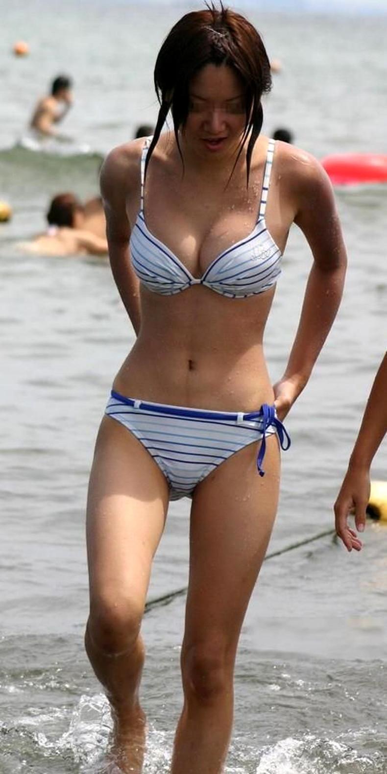 【おっぱい】ビーチでエロ過ぎる素人のビキニギャルを発見したので谷間や胸チラを盗撮したったビーチ巨乳のおっぱい画像集!ww【80枚】 59