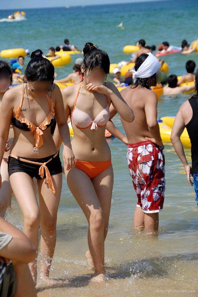 【おっぱい】ビーチでエロ過ぎる素人のビキニギャルを発見したので谷間や胸チラを盗撮したったビーチ巨乳のおっぱい画像集!ww【80枚】 75
