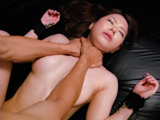 【おっぱい】乳首弄りながらキューッと絞めて鬱血状態にするとアソコもキューっと締まるらしい首絞めおっぱい画像集【80枚】 63