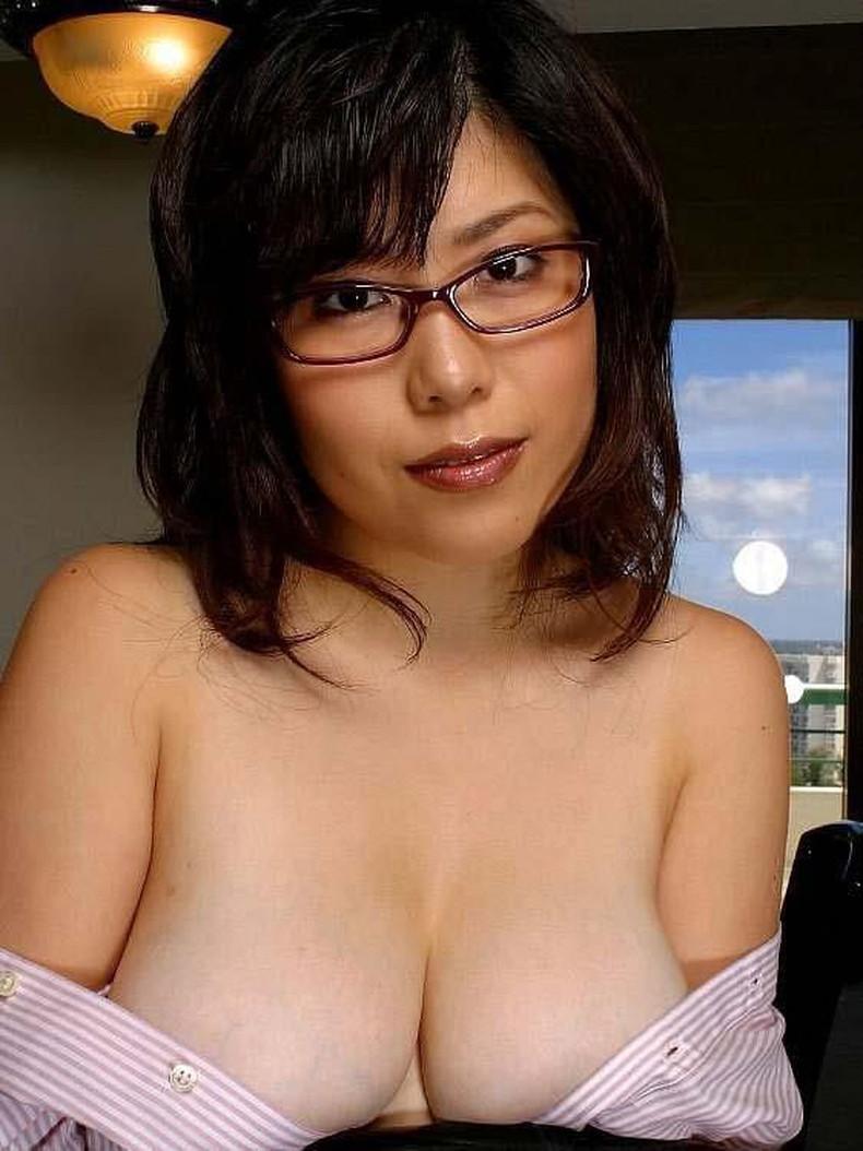 【おっぱい】地味で大人しそうな眼鏡の主婦のデカパイを揉んで不倫セックスしまくるメガネ妻のおっぱい画像集!ww【80枚】 01